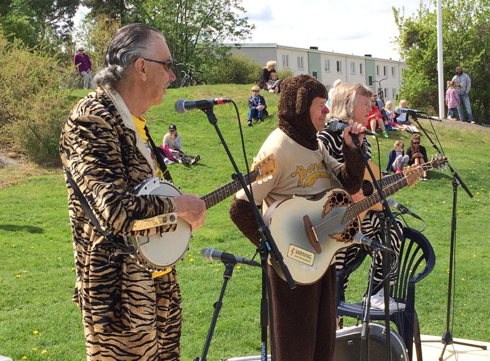 Electric Banana Band inviger lekplats i Söderköping